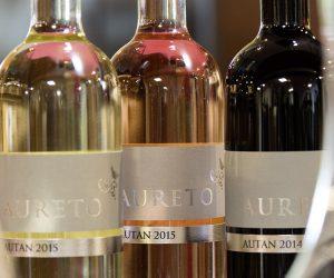 Tisch mit Aureto-Weinen