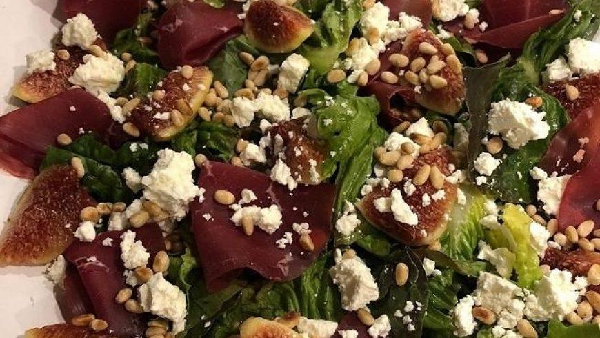 Salat mit Feigen, Feta, Bresaola & Pinienkernen