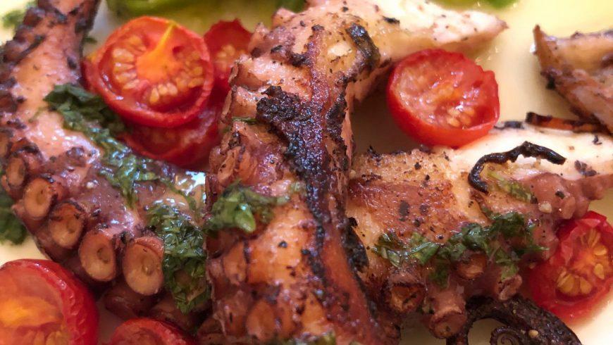 Pulpo mit Limetten-Minz-Salsa und scharfem Gurkensalat